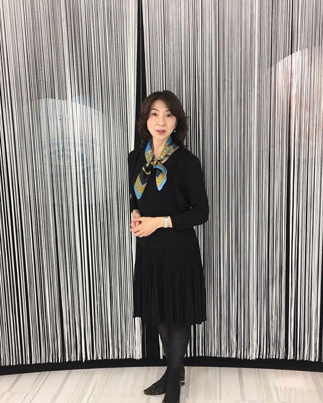重くなりがちなブラックコーデにスカーフ一枚でアクセント。首元も温かです。#スカーフ#スカーフアレンジ#スカーフスタイリスト#首元のオシャレ#大草悦子(Instagram)