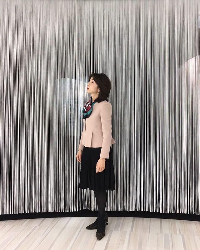 コンサバコーデにスカーフって定番スタイル。でも、「クロワッサン」みたいに見えるアレンジで柔らかさを出しています。#スカーフ#スカーフアレンジ#コンサバ#スカーフスタイリスト#大草悦子(Instagram)